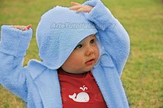 Criança usando roupão infantil