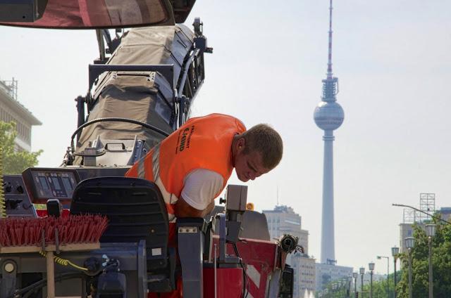 Baustelle Karl-Marx-Allee 68, Asphaltfräse- Arbeiten, 10243 Berlin, 20.06.2013