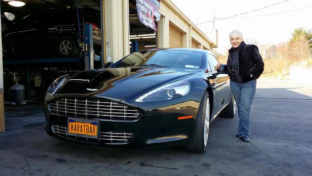Bonnie Gipson al lado de su Aston Martin Rapide