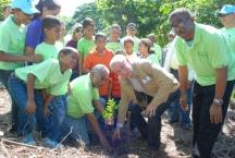 """Vicepresidente de la República Rafael Alburquerque deja iniciado """"Mes de la Reforestación"""""""