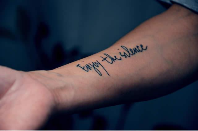 Tatuagens femininas delicadas caligrafia