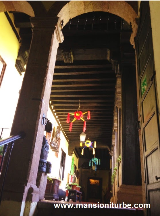 Piñatas decoración navideña en Hotel Mansión Iturbe en Pátzcuaro