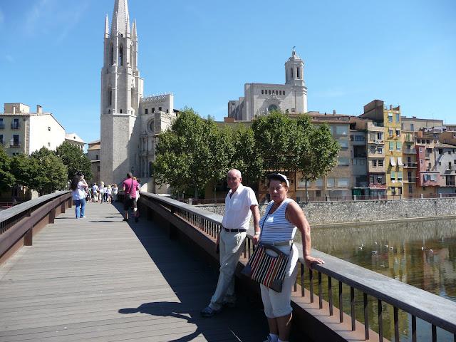 За спиной достопримечательности Жироны - Кафедральный собор и Еврейский квартал