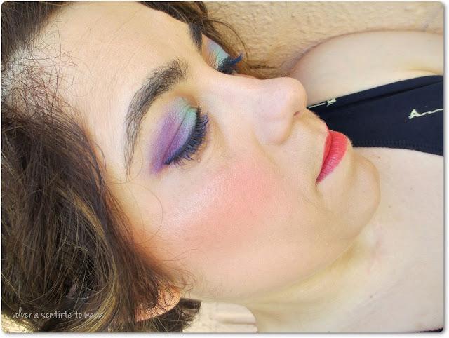 Maquíllaje con pestañas azules
