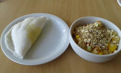Café da manhã com tapioca e salada de frutas com aveia, no Hotel Praiano, em Fortaleza-CE
