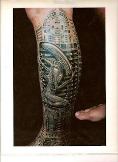 biomechanic tattoo on the leg: a little alien inside the leg