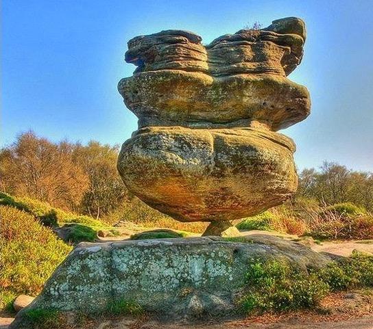 Tidak Ramai yang Tidak Percaya Ada Batu Gergasi Berdiri di Atas Batu Sekecil Ini