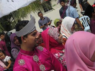 pengantin lelaki dan isterinya