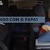 Criança se diverte enquanto pai dá cavalinhos de pau com ela no carro