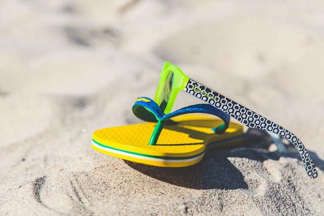 Ipanema Sonnenbrille und Sandalen in gelb und grün mit Strandpromenadenmuster