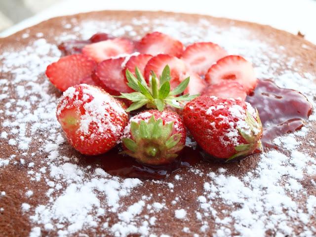 gateau au yaourt avec fraises et confiture
