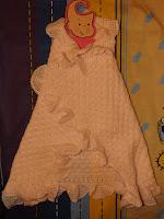 Detalle manta ganchillo bebé puesta