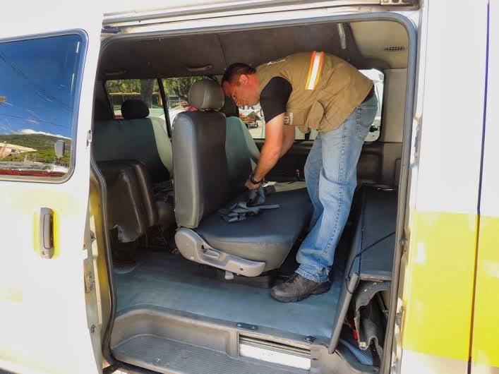 Agentes da Prefeitura verificam itens de segurança em van escolar