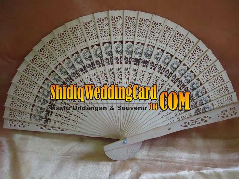 http://www.shidiqweddingcard.com/2014/02/souvenir-kipas-cendana.html
