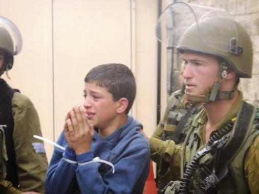 soldados terrorista de Israel algemam menor palestino