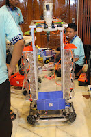 salah satu peserta kontes robot