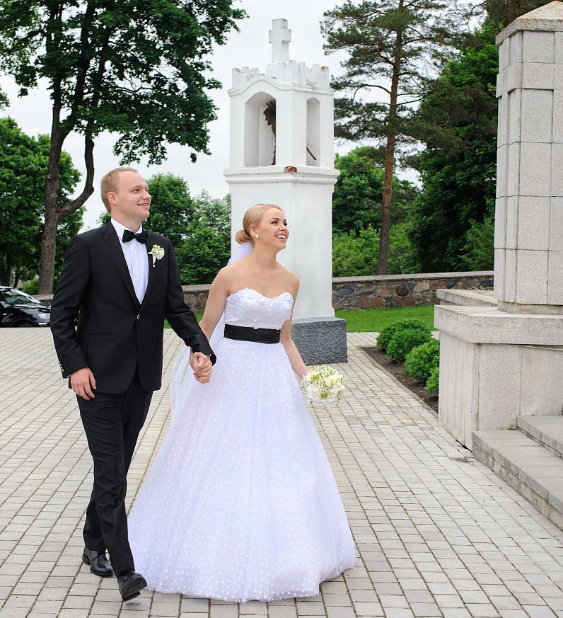 vestuvinė nuotakos suknelė su taškeliais