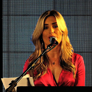 Apresentadora da Festa da Música de 2015.