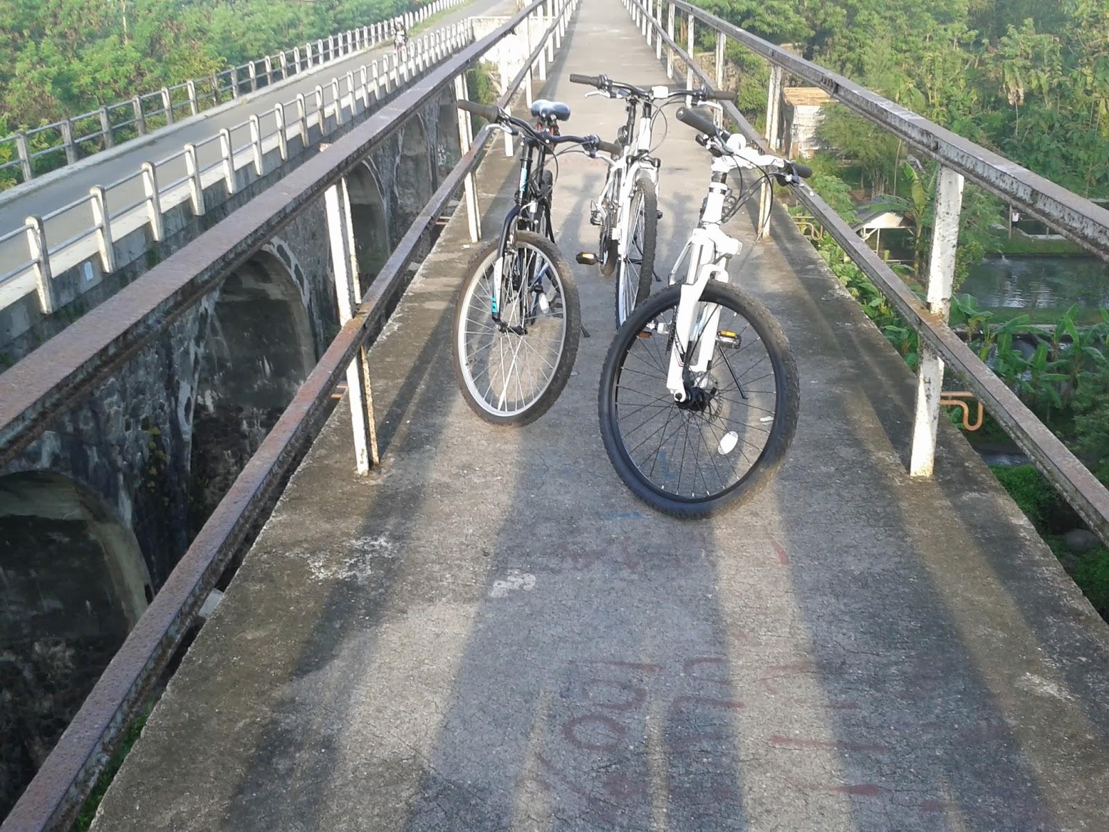Sepeda terparkir di jembatan babarsari