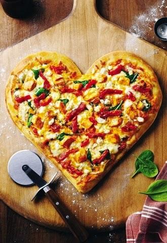pizza walentynkowa, pizza w kształcie serca, ciasto cienkie,