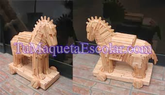 maqueta escolar de madera, del caballo de troya.