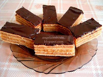 Annamari-féle Gesztenyés dejós zserbó, karácsonyi sütemény, rumos tésztával, mézes gesztenyés dejós marcipános töltelékkel, csokoládémázzal lefedve.
