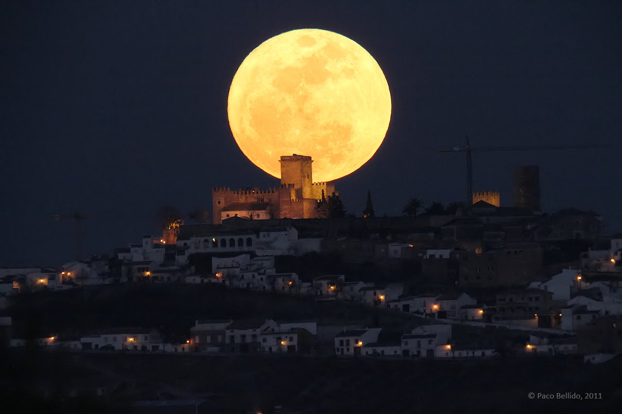 Spaceports: Super Moon Photographed March 19, 2011