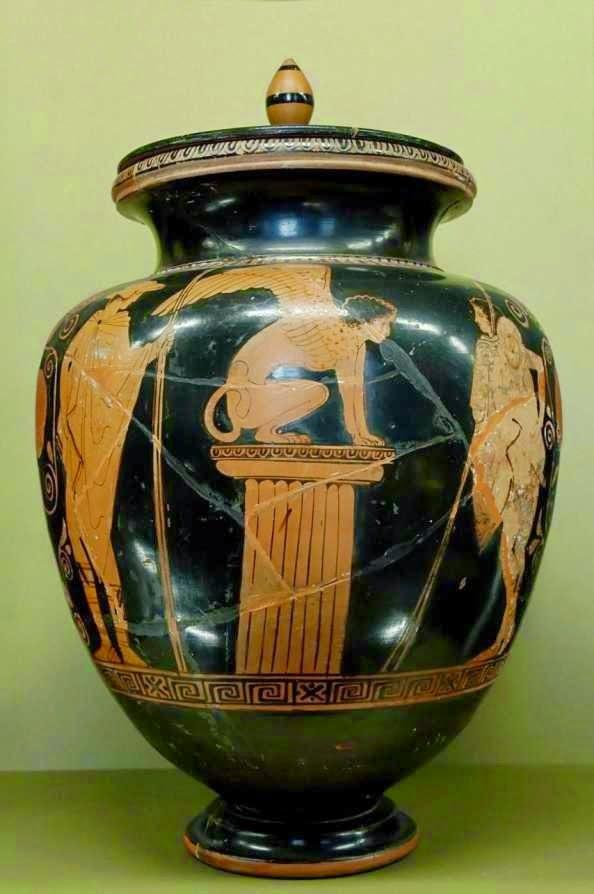 Ο Οιδίποδας και η Σφίγγα.-Αττική ερυθρόμορφη στάμνος με καπάκι του Ζωγράφου του Μενέλου, περίπου 440 π.Χ. Στο κέντρο της σύνθεσης η Σφίγγα πάνω σε δωρικό κίονα είναι στραμμένη προς τα δεξιά εκεί όπου βρίσκεται ο Οιδίποδας. Αριστερά εικονίζεται ο Ερμής. Παρίσι, Μουσείο του Λούβρου, G 417