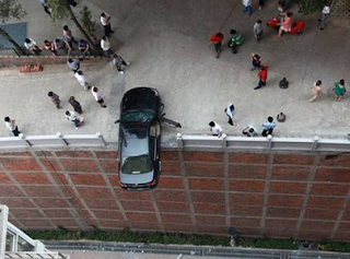 Funny pictures: Car on the edge