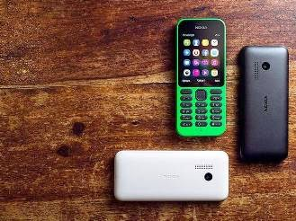Το τηλέφωνο Nokia 215 φαίνεται ότι απευθύνεται για τις αναπτυσσόμενες αγορές, με τεράστια διάρκεια ζωής της μπαταρίας και με μικρό τίμημα.