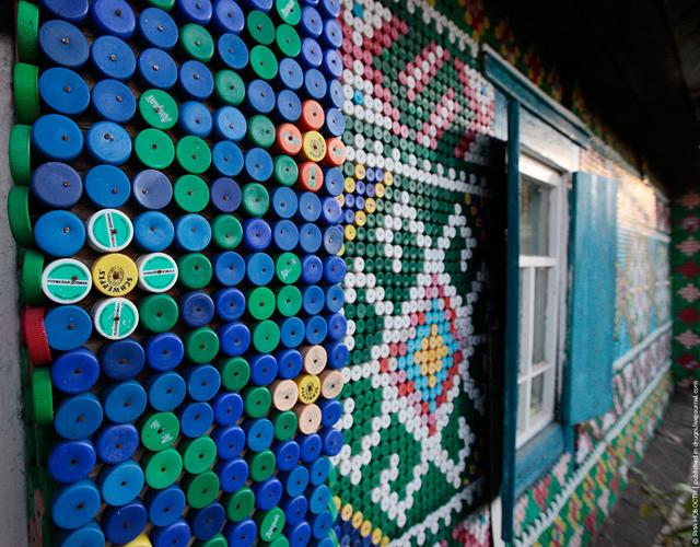 Russa decora casa com 30.000 tampinhas de garrafas