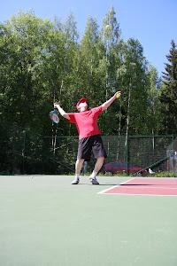 Tennisvalmentaja Olavi Lehto tarjoaa tennisvalmennusta eri kentille ja sisähalleihin