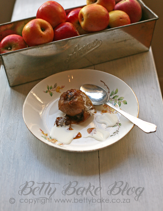 baked apples, best baked apples with a drizzle of cream, betty bake, SA