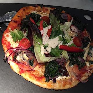 Pizza mit Salat