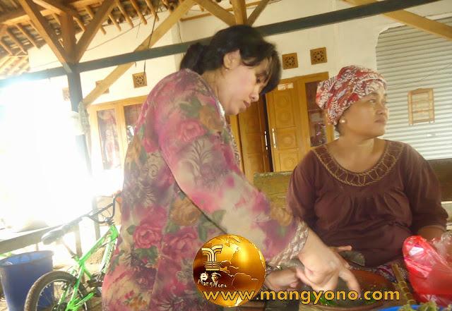 FOTO : Istri saya sedang nyambel cabe rawit yang dipetik langsung dari kebun... Cabe rawitnya masih seger ...