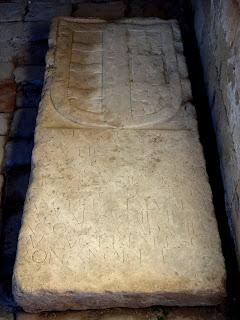 lápida de Vellosillo-Aguayo en la iglesia de la Virgen de la Peña. Sepúlveda