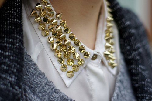 Tachas, Spikes, Studes, Tachinhas, Colarinhos, Peter Pan collar, Collar, Tachas em camisa, Tachas em colarinhos, Detalhes de tachas,
