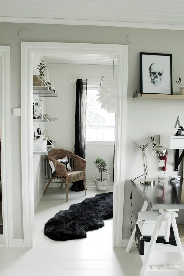 inredning hall, inspiration hall, korgstol i hallen, vitt trägolv av plank, vit lampa normann
