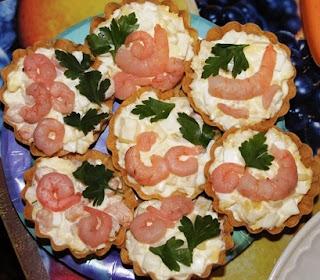 Салатик с креветками и ананасами в тарталетках