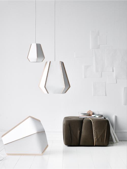 Die formschöne weiße Pendellampe ist aus Steinpapier geformt und verströmt warmes Licht