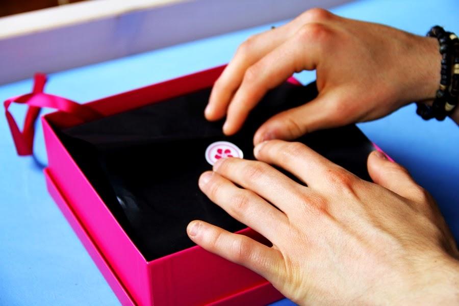 hand pink box mai