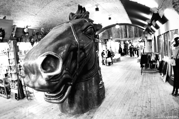 aliciasivert, Alicia Sivertsson, London, svartvitt, black and white, camden town, horse head, hästhuvud