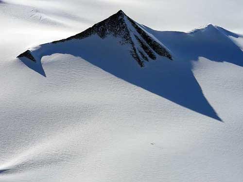 Tres pirámides antiguas han sido descubiertas en la Antártida por un equipo de científicos estadounidenses y europeos.