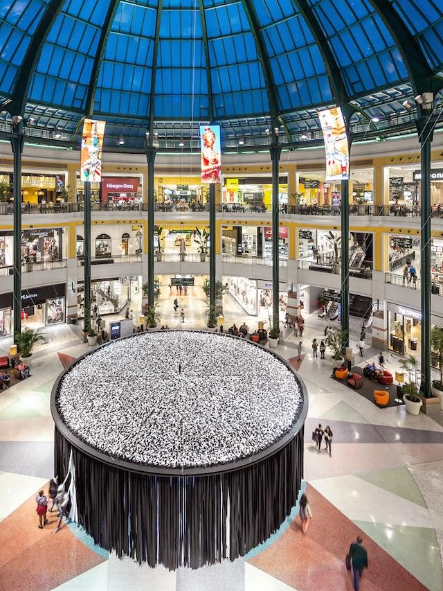 Instalación luminosa con cúpula en retail