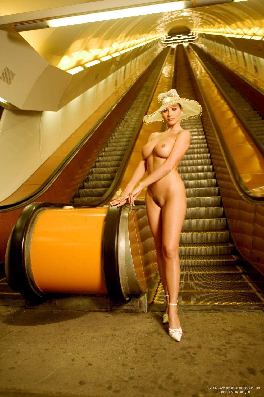 Вам голые в метро фото