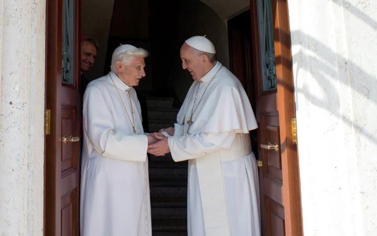 Archivio 900 news 2013 l 39 anno dei due papi - Papa francesco divano ...