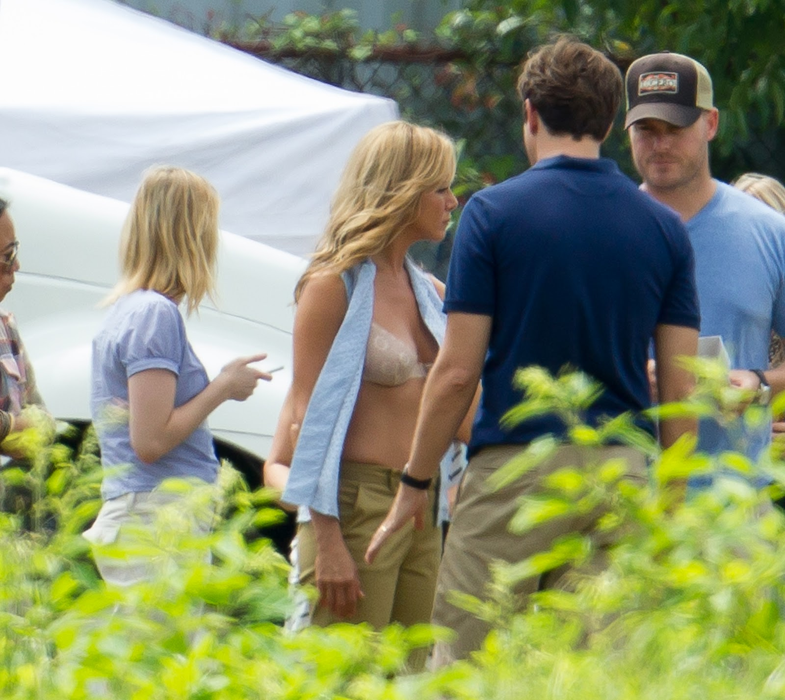 http://4.bp.blogspot.com/-jg0VbRrdJNI/UEeXLPLUmOI/AAAAAAAAIew/-5vvZMHvTN4/s1600/jennifer_aniston_in_a_bra_on_the_set_of_we_re_the_millers_in_wilmington_FjN1VeD.jpg