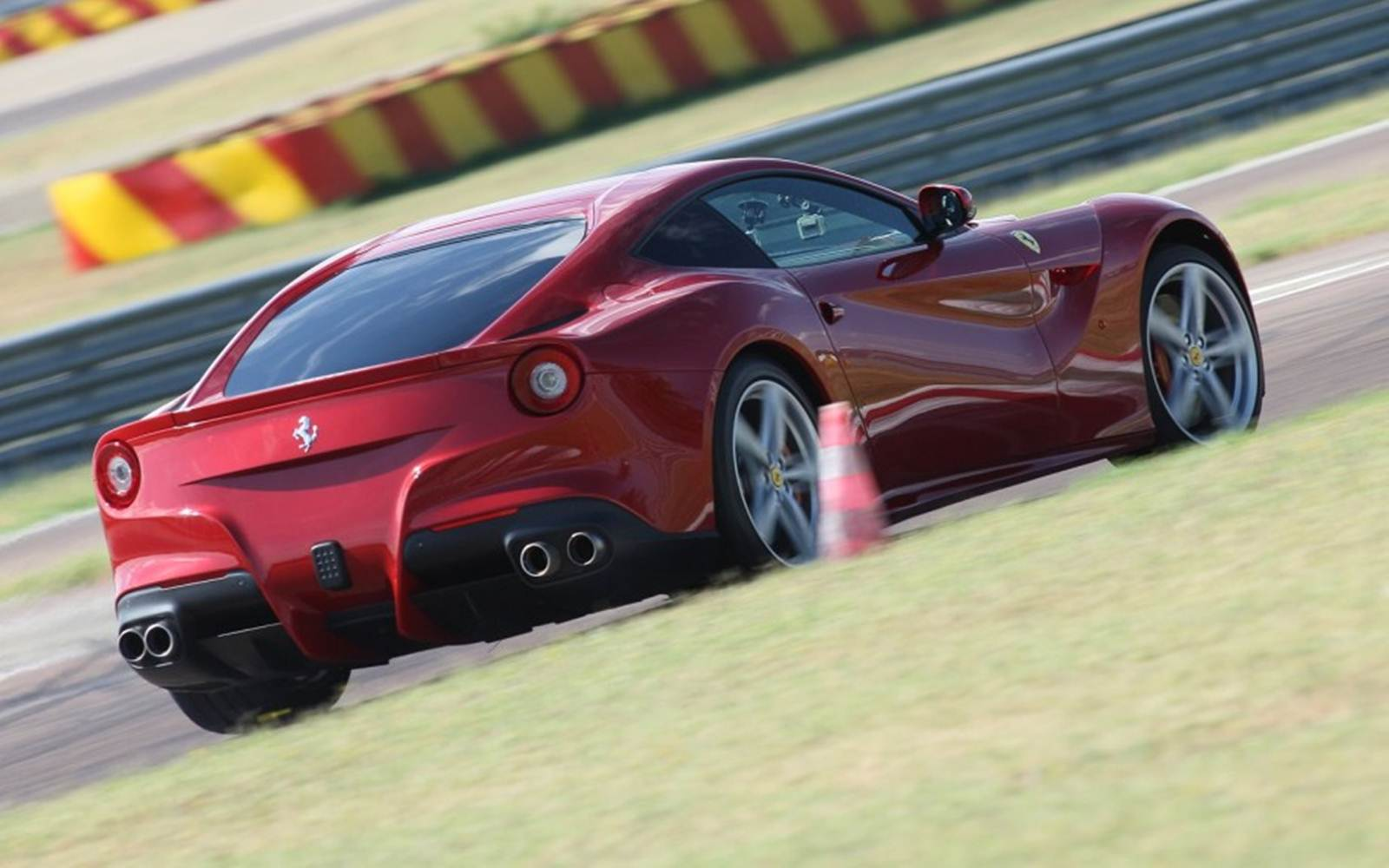 http://4.bp.blogspot.com/-jg7nqyjY90A/UEAcf_LJVFI/AAAAAAAAcm8/NW-tgSkkKj4/s1600/Ferrari-F12-Berlinetta-lateral+(3).jpg