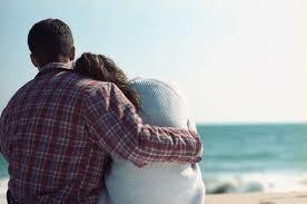 كيف تعرفين انه يحبك فعلا - رجل يحضن يحتضن امرأة على البحر - man hugging woman in sea