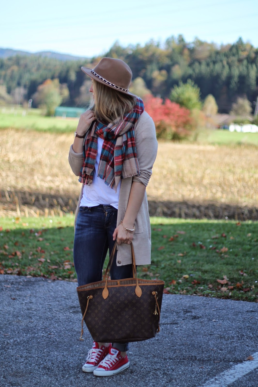 Fashionblogger Austria / Österreich / Deutsch / German / Kärnten / Carinthia / Klagenfurt / Köttmannsdorf / Spring Look / Classy / Edgy / Autumn / Autumn Style 2014 / Autumn Look / Fashionista Look / Beide Cardigan H&M / White Oversize Shirt H&M / Zara Beige Hat HUt / Louis vuitton Neverfull Monogram Canvas MM / Asos Scarf Checked Blogger Must Have / Daniel Wellington Watch / Red Converse /